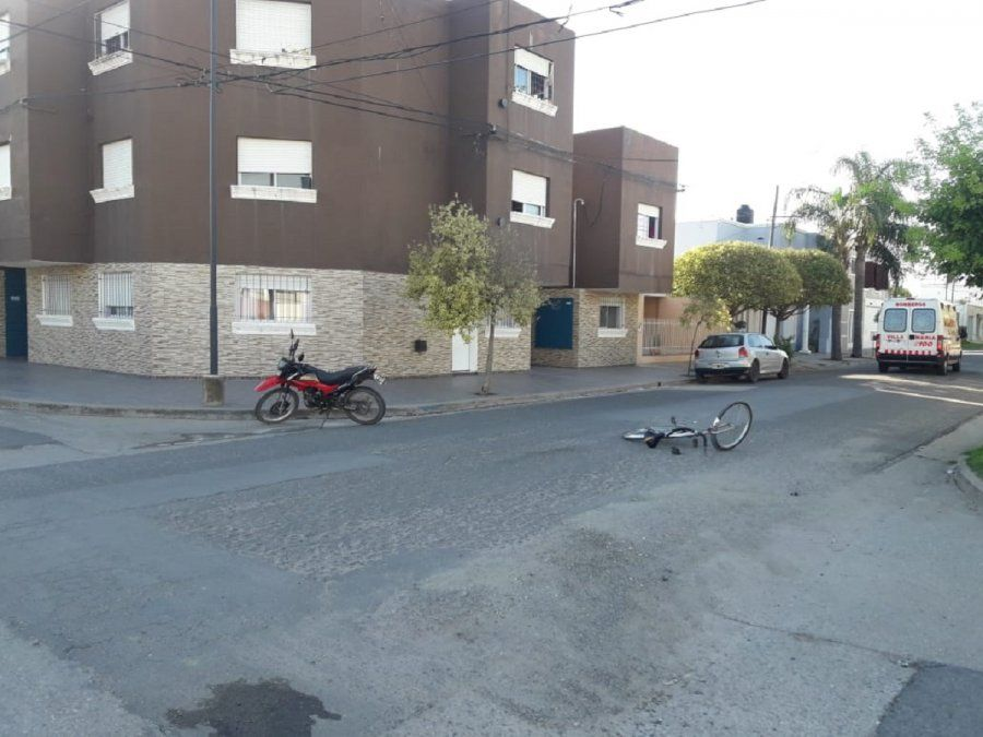 Accidente vial: Chocó una moto contra una bici